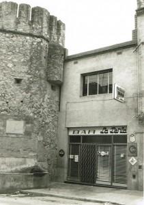Fotografia de l'entrada al Restaurant La Perla, l'any 1970.
